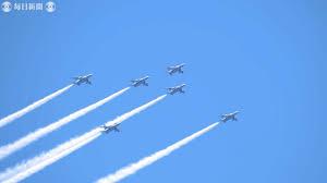 ブルーインパルス 医療従事者に敬意と感謝の飛行 - YouTube
